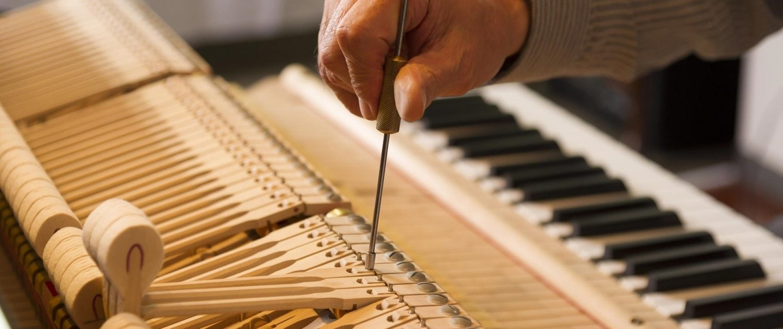 Reparieren & stimmen in der Klavier Werkstatt in der Schweiz - Klaviertechnik Tobehn